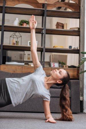 Photo pour Concentré sportive faire côté planche des exercices à la maison - image libre de droit