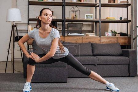 Photo pour Belle sportive faire côté fente des exercices à la maison - image libre de droit