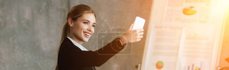 Photo pour Belle femme d'affaires prenant selfie au bureau de sourire - image libre de droit