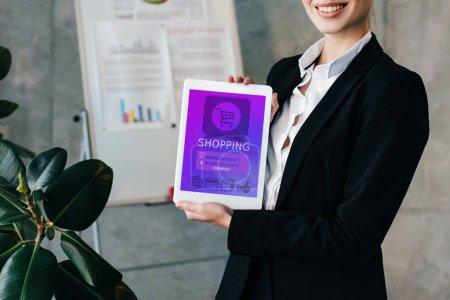 Foto de Recortada visión de empresaria muy sonriente con tableta digital con aplicación en la pantalla de compras - Imagen libre de derechos
