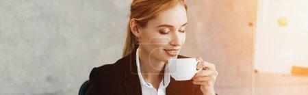Photo pour Charmante femme d'affaires aime boire du café avec des yeux fermés - image libre de droit