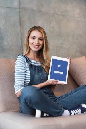 Foto de Pantalla de proyección joven con facebook de la tableta digital - Imagen libre de derechos