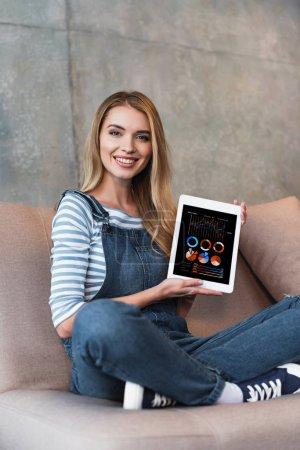Photo pour Adulte fille assise sur le canapé et écran d'affichage de la tablette numérique - image libre de droit