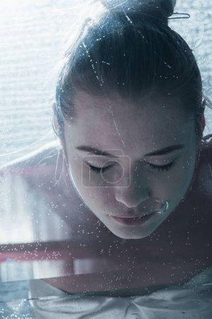 Photo pour Gros plan de jeune femme, plongée sous-marine avec des yeux fermés - image libre de droit