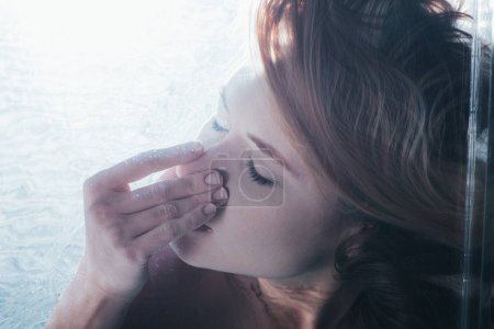 Photo pour Gros plan de jeune fille posant sous l'eau avec les yeux fermés et le nez - image libre de droit