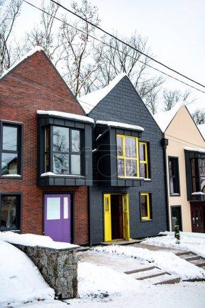 Photo pour Maisons modernes élégantes en hiver froid avec neige sur le sol - image libre de droit