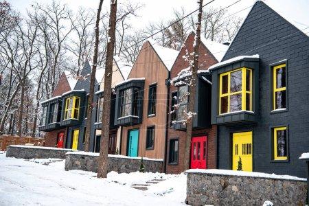 Photo pour Bâtiments modernes élégants en hiver avec la neige au sol - image libre de droit