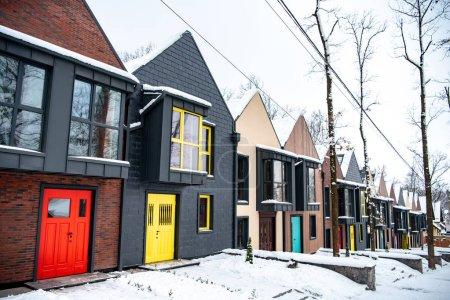 Photo pour Bâtiments modernes fantaisies en hiver avec la neige au sol - image libre de droit