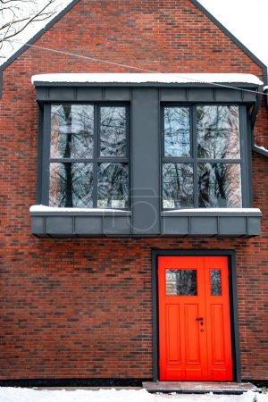 Photo pour Immeuble moderne de fantaisie avec fenêtres et la porte rouge - image libre de droit