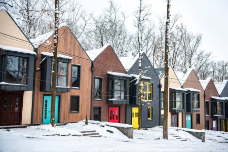 Photo pour Bâtiments modernes fantaisie en hiver froid avec neige sur les toits - image libre de droit
