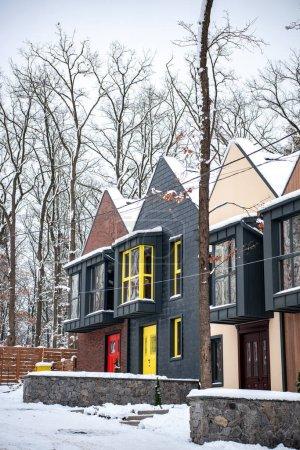 Photo pour Bâtiments modernes élégants en hiver froid avec neige sur les toits - image libre de droit