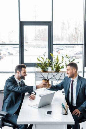 Photo pour Hommes d'affaires beau faire griller les gobelets en papier dans le bureau moderne - image libre de droit