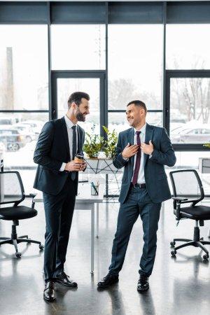 Photo pour Gai homme d'affaires en tenues collaborateur en regardant et souriant dans le bureau moderne - image libre de droit