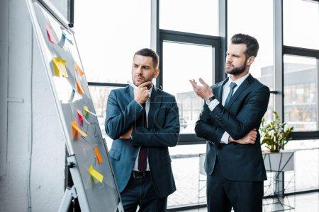 Photo pour Hommes d'affaires beau tableau blanc en regardant et parler au bureau moderne - image libre de droit