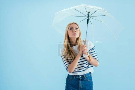 Photo pour Sensuelle jeune femme posant sous parapluie sur fond bleu - image libre de droit