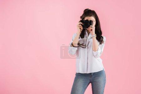 Photo pour Photo de studio de femme avec appareil photo numérique prise photo isolé sur pink - image libre de droit