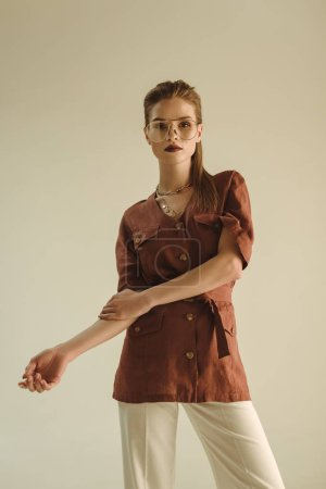 Foto de Moda mujer joven posando en ropa vintage de moda aislado en beige - Imagen libre de derechos