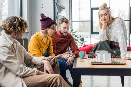 Foto de Concentrado grupo de arquitectos y sentado en la mesa y trabajar en la casa modelo en la oficina de loft - Imagen libre de derechos