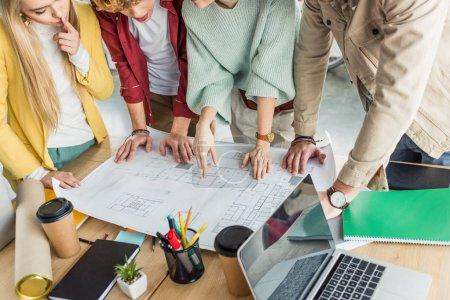 Photo pour Recadrée vue du groupe des architectes féminins et masculins, travail sur plan à dans loft bureau - image libre de droit