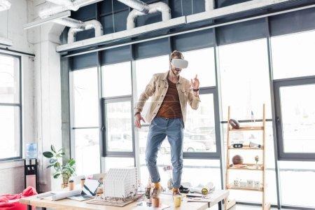 Photo pour Architecte mâle gesticulant avec les mains tout en ayant une expérience en bureau loft avec un espace copie de réalité virtuelle - image libre de droit