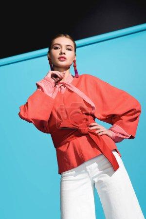 Foto de Hermosa modelo de moda en moda vida coral ropa posando en azul - Imagen libre de derechos