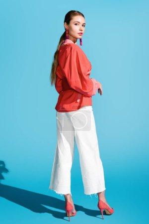 Photo pour Élégante femme posant dans vie vêtements sur bleu corail - image libre de droit