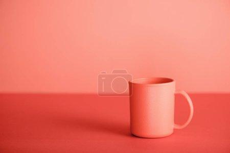Photo pour Tasse de café sur fond de corail vivant. Couleur Pantone de l'année 2019 concept - image libre de droit