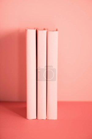 Photo pour Trois livres sur la vie fond corail. Couleur Pantone de la notion d'année 2019 - image libre de droit