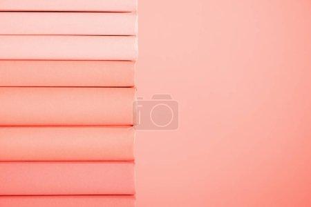 Foto de Pila de libros sobre vida fondo coral. Color pantone del concepto año 2019 - Imagen libre de derechos