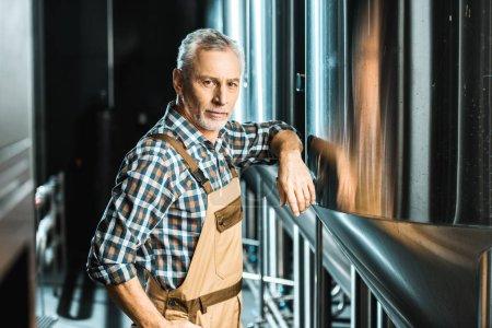 Photo pour Professionnel senior brewer mâle debout dans la brasserie - image libre de droit