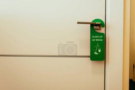 Photo pour Panneau vert avec composent ma chambre lettrage sur la poignée de porte, service de nettoyage - image libre de droit