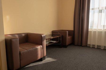 Foto de Interior de habitación de hotel moderna con sillones y ventana - Imagen libre de derechos
