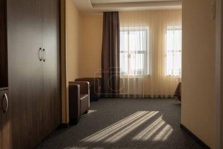 Foto de Interior de habitación de Hotel con armario, sillones y ventana - Imagen libre de derechos