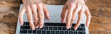 Photo pour Vue du dessus de la femme âgée tapant sur ordinateur portable à la maison - image libre de droit