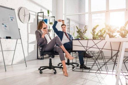 Photo pour Femme d'affaires gai tenant la tasse de papier et en discutant avec le collègue tenant tête gobelet jetable dans le bureau, le concept de la procrastination - image libre de droit