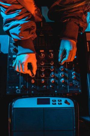 Photo pour Vue du dessus de la femme dj toucher mélangeur dj dans la boîte de nuit - image libre de droit