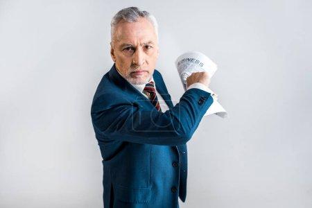 Photo pour Homme d'affaires mature en colère tenant journal d'affaires isolé sur gris - image libre de droit
