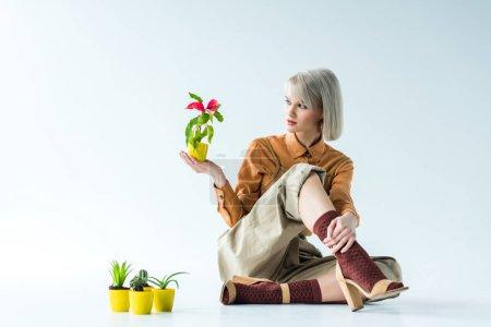 Photo pour Belle fille élégante posant avec des pots de fleurs sur blanc - image libre de droit