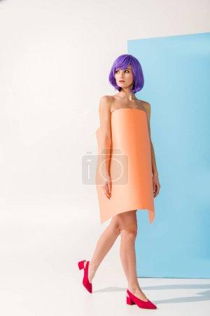 Photo pour Belle fille aux cheveux violets recouverts de feuille de papier corail posant sur bleu et blanc - image libre de droit