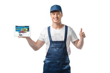 Photo pour Beau déménageur souriant montrant pouce vers le haut et présentant tablette numérique avec application amazone à l'écran isolé sur blanc - image libre de droit