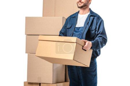 Photo pour Vue recadrée du déménageur dans la boîte en carton de transport uniforme d'isolement sur le blanc - image libre de droit