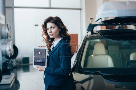 Photo pour Femme d'affaires confiant tenant la tablette numérique avec l'application Tumblr sur l'écran - image libre de droit