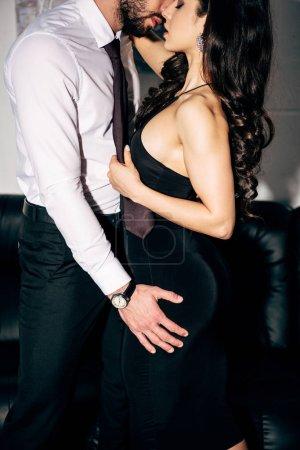 Photo pour Vue recadrée de l'homme embrasser et toucher femme brune - image libre de droit