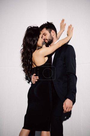 Photo pour Attrayant brunette fille baisers avec beau homme sur blanc - image libre de droit