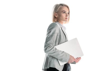 Photo pour Femme d'affaires attirante et confiante retenant l'ordinateur portatif d'isolement sur le blanc - image libre de droit
