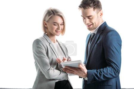 Photo pour Jeunes partenaires d'affaires souriants utilisant la tablette numérique d'isolement dans le blanc - image libre de droit