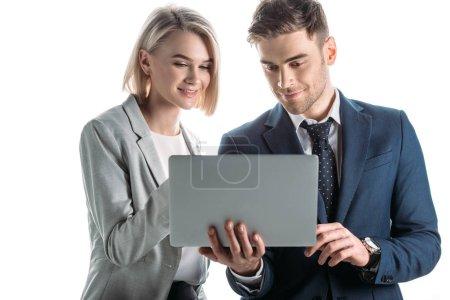 Photo pour Femme d'affaires souriante et homme d'affaires joyeux en utilisant un ordinateur portable numérique isolé sur blanc - image libre de droit