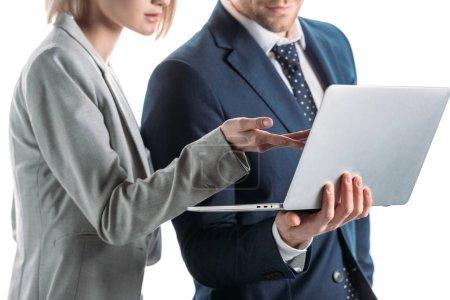 Photo pour Vue partielle des jeunes partenaires commerciaux utilisant un ordinateur portable isolé sur blanc - image libre de droit