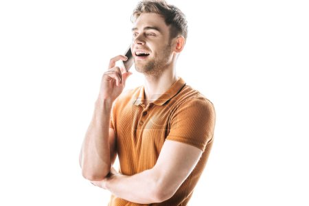 Photo pour Gai, bel homme parlant sur le smartphone et souriant isolé sur le blanc - image libre de droit