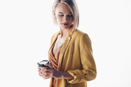 Photo pour Chère, belle femme aux cheveux blonds tenant tasse en papier sur gris - image libre de droit